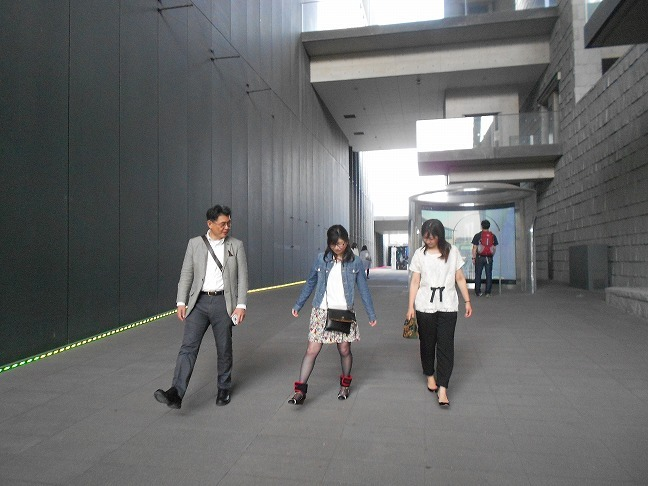 堀田さんが所長のおもりつけて歩く。。