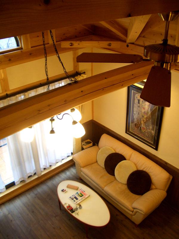 浅香 K様邸『さくらの家』 ロフトから見下ろすとリビングが。