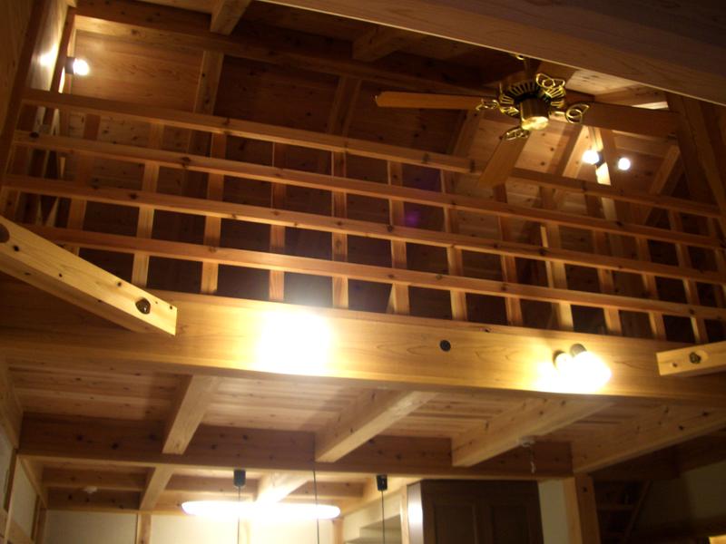 浅香 K邸『さくらの家』 吹き抜けが気持ちのいいリビングを見上げるとロフトがあります。