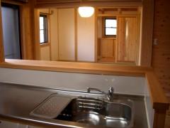 生野勝山 KD邸 キッチンからリビングの様子をうかがえます。