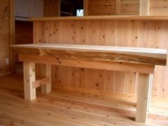 キッチンの前にはカウンターと木のぬくもり溢れる椅子を。