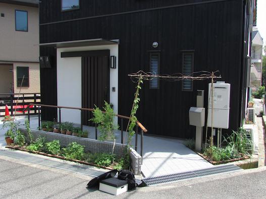 大阪狭山市今熊 Y邸『大切妻屋根の家』 玄関前にはハーブなどのグリーンがお出迎え
