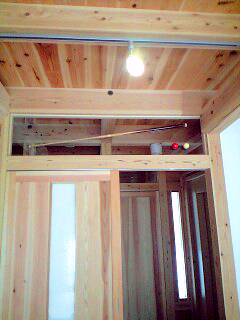 堺大美野 S様邸 ビリヤード室 アクリル板の上にビリヤードのボールとキューをステンレスのビスで固定しました。