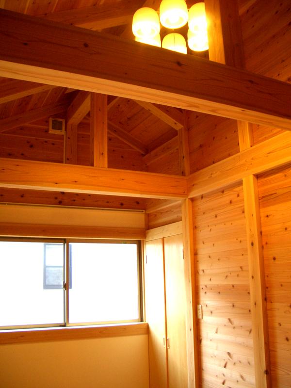 富田林寺池台 I様邸 寝室 天井が高く気持ちのいい空間に。