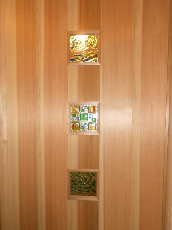 和歌山市内原 N邸『大切妻屋根の家』 建具には施主様手作りのガラスクラフトをはめこんでいます。