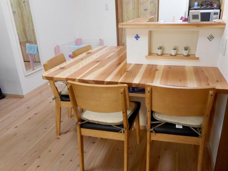 東大阪御厨 M邸 キッチン脇のテーブルスペースも造りつけました。