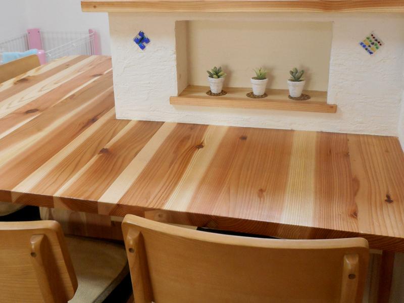 東大阪御厨 M様邸 after 小さい棚で小物を置くスペースを。ガラスの飾りは施主様の手作りです。
