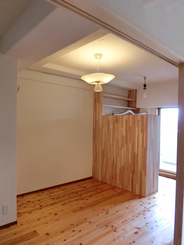 光明池 N様邸 リビングの奥にはご主人の書斎スペースを設けました。