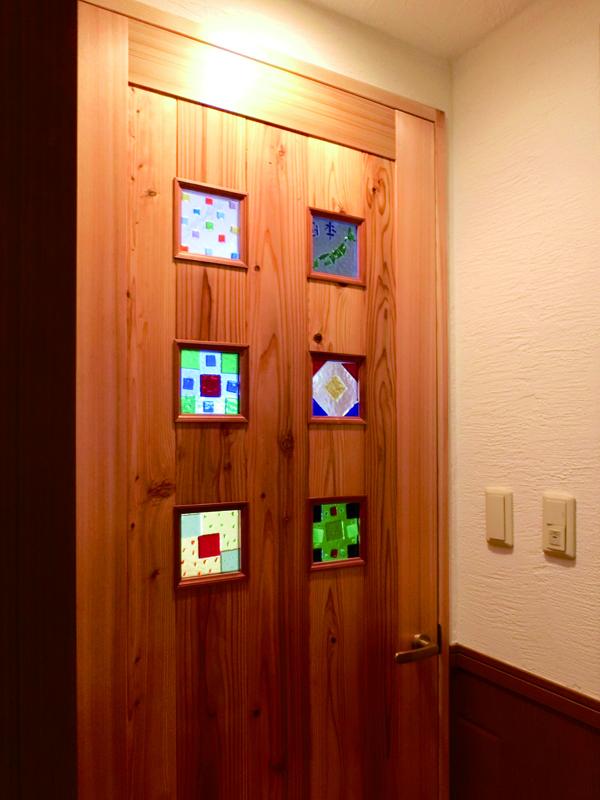 光明池 N様邸 建具には施主様手作りのガラスクラフトを。