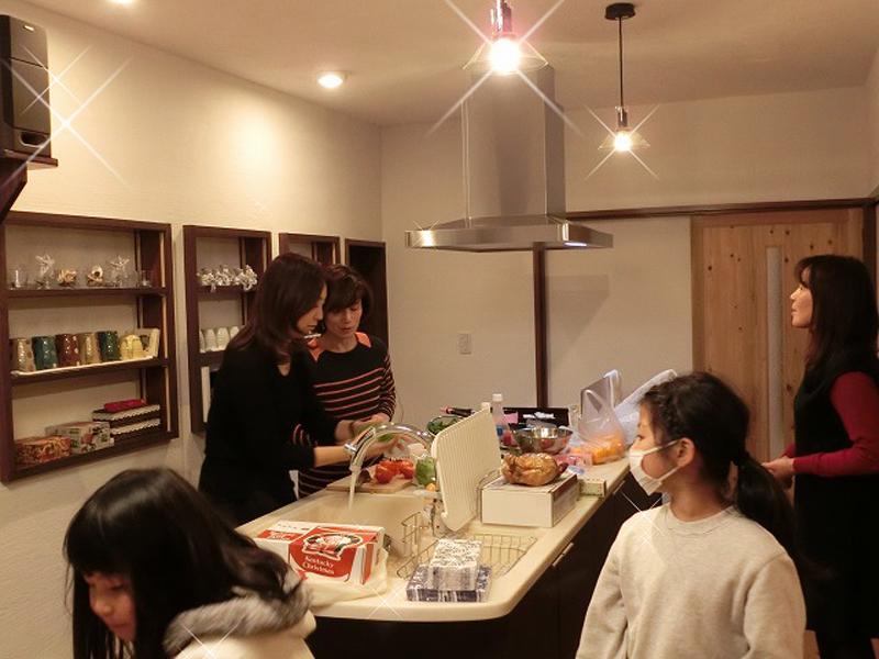 八尾 東弓削 T邸 キッチンは皆が集まる楽しい空間に。
