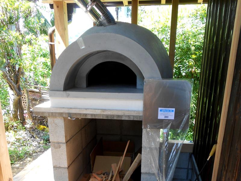 和歌山九度山 S様邸『自然を感じる無垢の家』 テラスには石釜を設置しました。