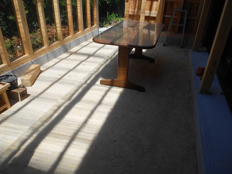 和歌山九度山 S様邸『自然を感じる無垢の家』 テラスの地面は三和土を施工しています。