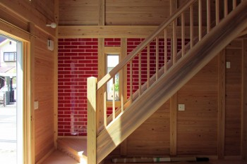 八尾刑部『漆喰とタイルの無垢の家』 2階への階段