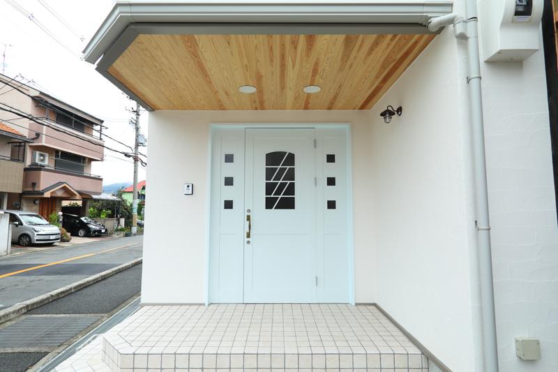 八尾刑部 G邸『漆喰とタイルの無垢の家』 玄関