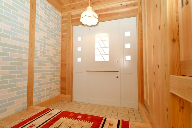 八尾刑部 G邸『漆喰とタイルの無垢の家』 玄関は明るい雰囲気のタイルで。