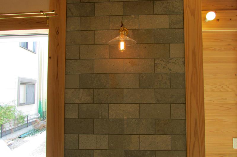 八尾刑部 G邸『漆喰とタイルの無垢の家』 1F タイルと照明の組み合わせがいい雰囲気な一面。