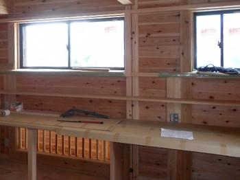 棚を造作する場所など、見えない・目立たない面に背割れを施工します。