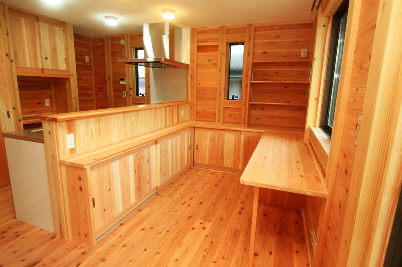 神戸春日台 T様邸『家族が心ゆたかに過ごす無垢の家』 キッチンの前にはカウンターを設置し、作業スペースに。