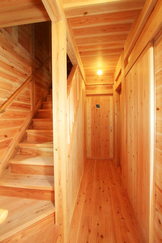 神戸春日台 T様邸『家族が心ゆたかに過ごす無垢の家』 杉の香りや暖かみが写真からも伝わってきますね。