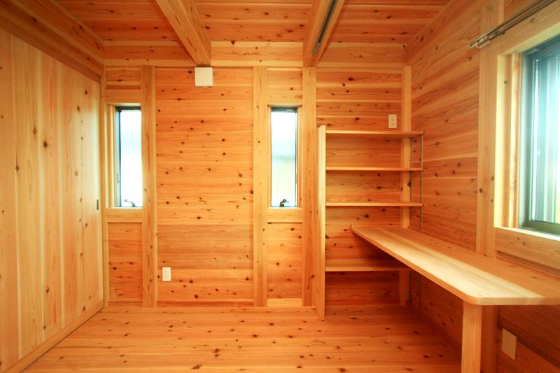 神戸春日台 T様邸『家族が心ゆたかに過ごす無垢の家』 机や棚も設置しています。