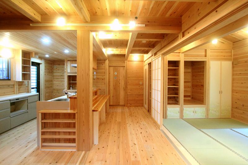 和歌山紀三井寺 N様邸『家族と集う無垢の家』 リビングとつながる和室。障子で間仕切っています。