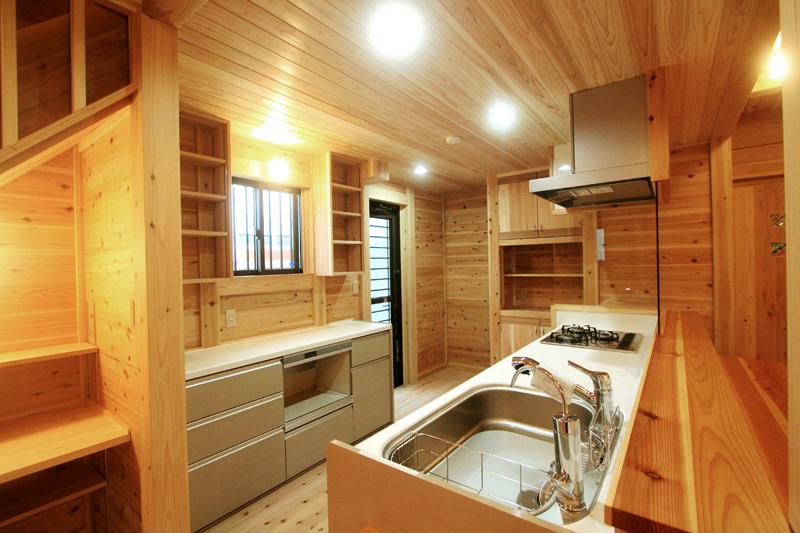 和歌山紀三井寺 N様邸『家族と集う無垢の家』 キッチンは回廊型で、ご家族みんなでお食事の時間が楽しめます。