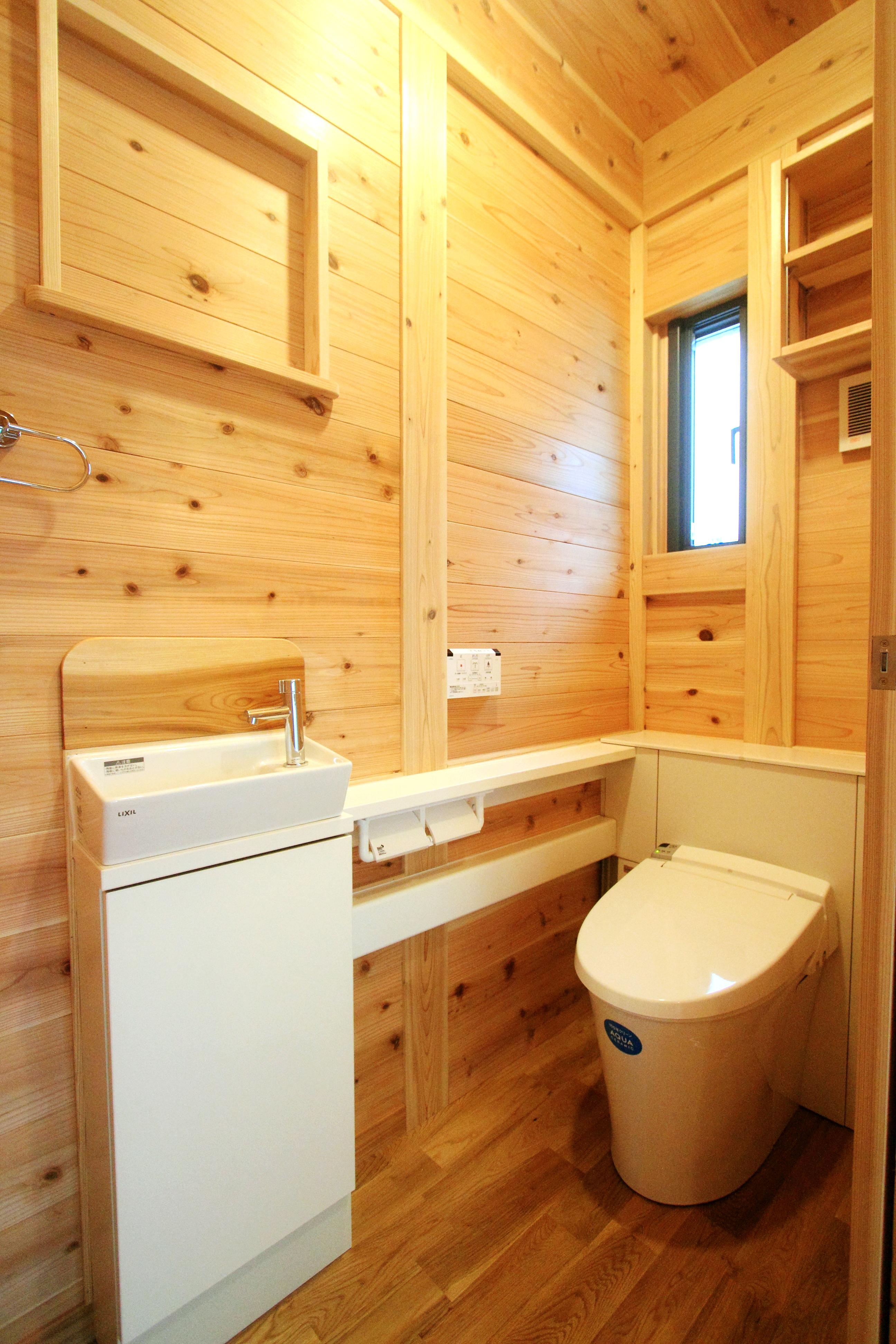 和歌山紀三井寺 N様邸『家族と集う無垢の家』 トイレ。床には堅木を使用しています。