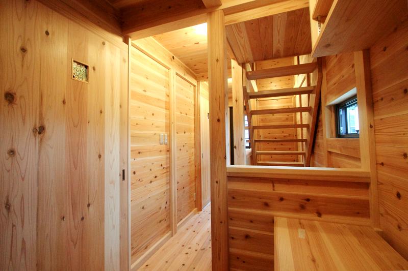 和歌山紀三井寺 N様邸『家族と集う無垢の家』 2F 階段が家の中心にあることで家族の気配が感じられます。