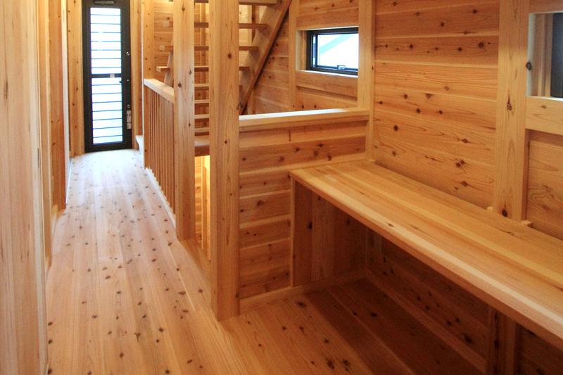 和歌山紀三井寺 N様邸『家族と集う無垢の家』 2F 廊下に机としても使えるカウンターを。