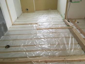 大阪旭区 自然素材のマンションリフォーム 床断熱材施工03