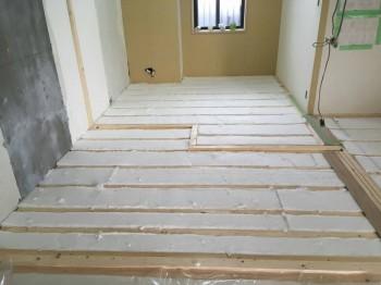大阪旭区 自然素材のマンションリフォーム 床断熱材施工02