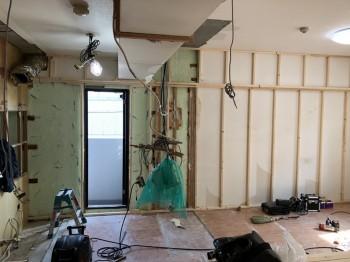 大阪旭区 自然素材のマンションリフォーム 壁断熱材施工