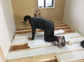 大阪旭区 自然素材のマンションリフォーム 床断熱材施工01