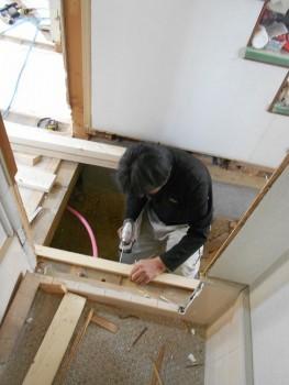 奈良広陵 無垢と漆喰の耐震リフォーム 玄関ホール床組み調整