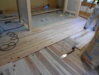 奈良広陵 無垢と漆喰の耐震リフォーム 1階床仕上杉板貼開始01
