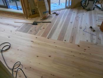 奈良広陵 無垢と漆喰の耐震リフォーム 1階床仕上杉板貼開始02