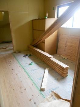 奈良広陵 無垢と漆喰の耐震リフォーム 2階床仕上杉板貼開始