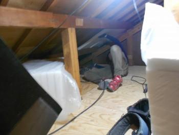 奈良広陵 無垢と漆喰の耐震リフォーム 屋根への断熱材敷き込み