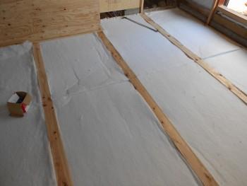 奈良広陵 無垢と漆喰の耐震リフォーム 床への断熱材敷き込み