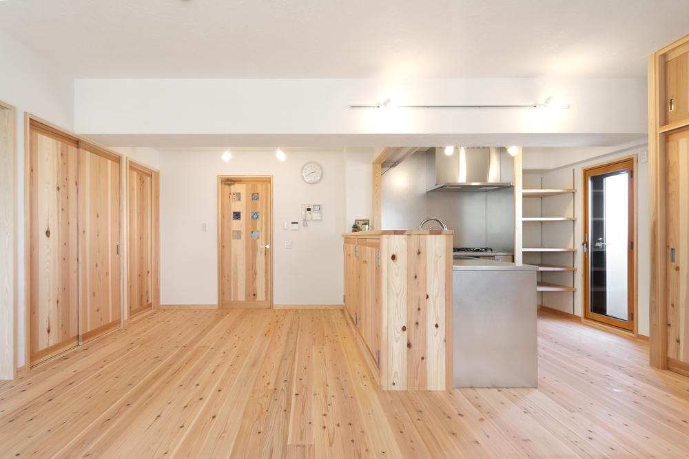 大阪旭区 S邸 after リビング。漆喰壁と杉無垢材で心地よい空間に。