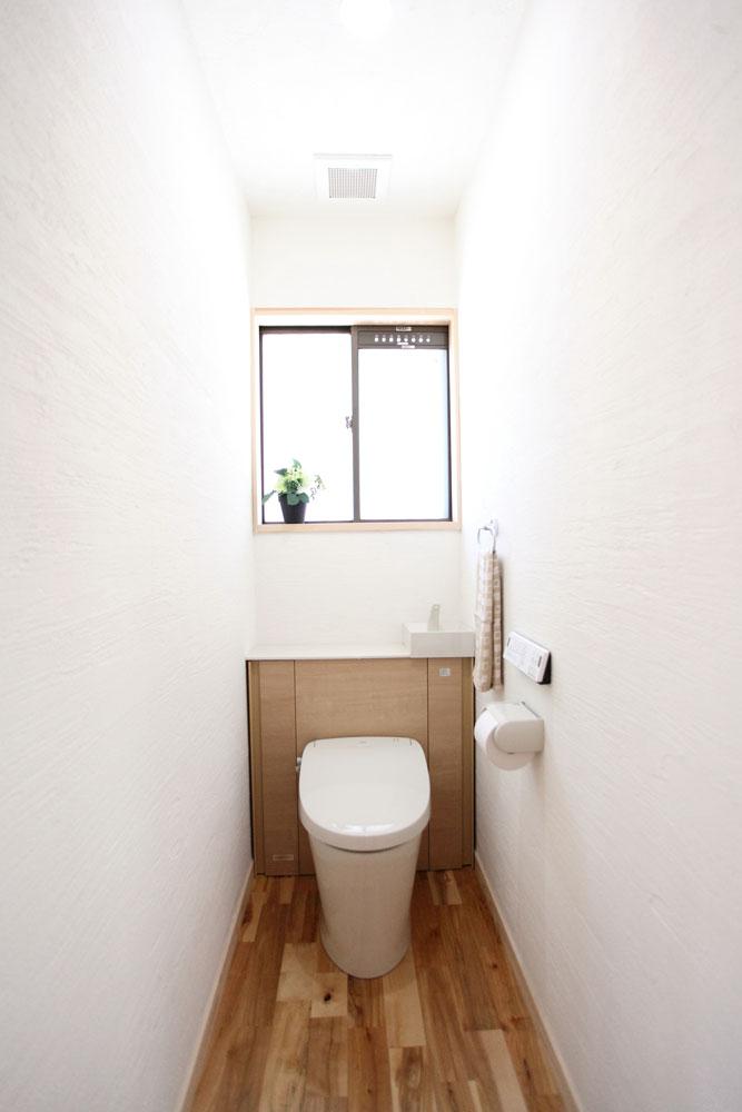 奈良広陵 S様邸 耐震リフォーム after トイレ。漆喰壁の気持ちのよい空間。