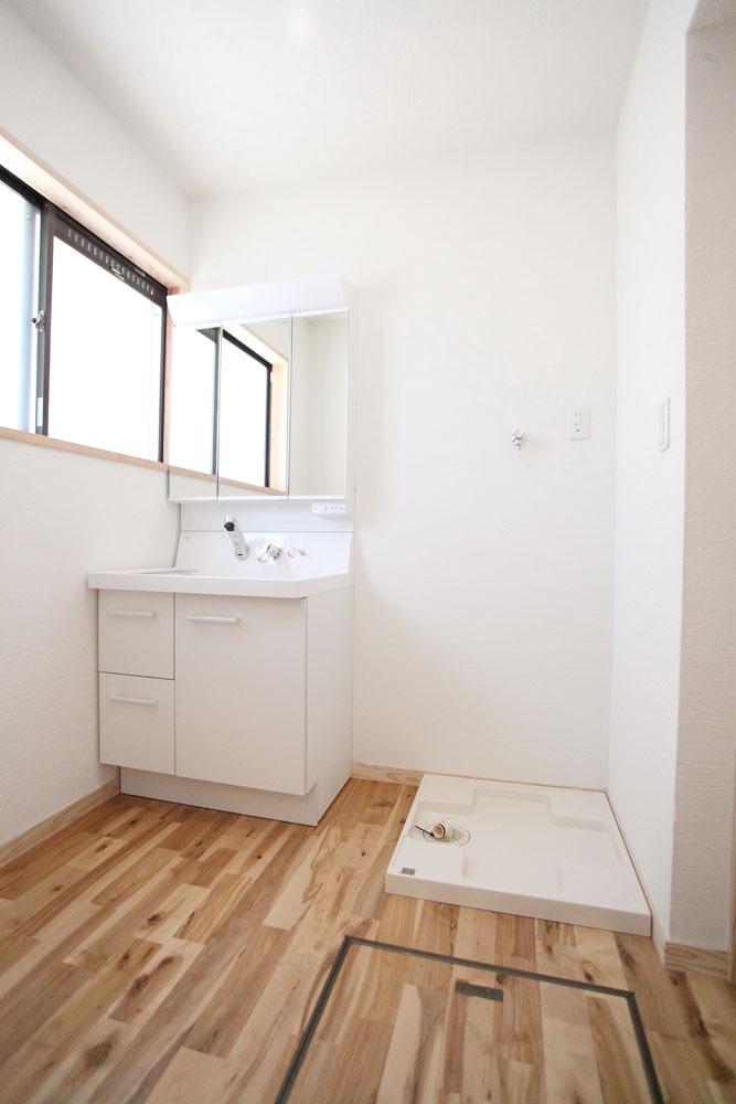 奈良広陵 S様邸 耐震リフォーム after 洗面所。漆喰壁の気持ちのいい空間。