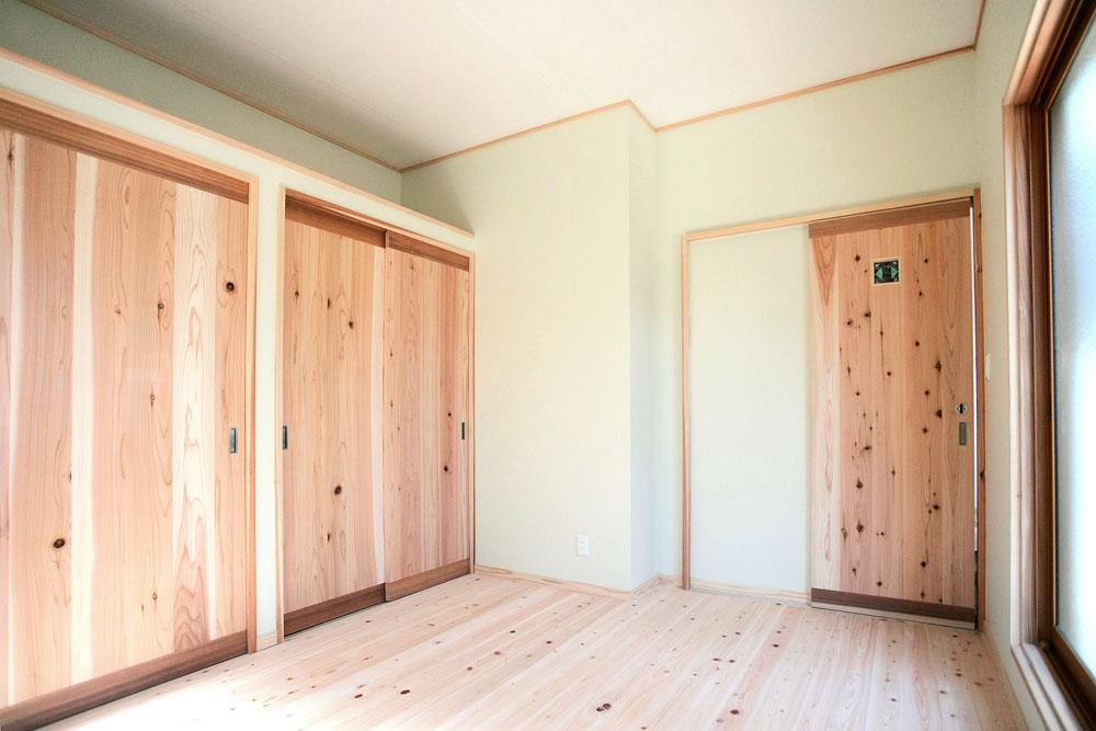 奈良広陵 S様邸 耐震リフォーム after 1F和室を土間スペースに。床はひのきの無垢材、壁には和紙を使用しています。