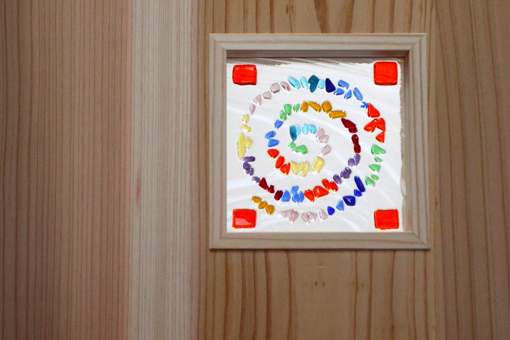 奈良広陵 S様邸 耐震リフォーム after お施主様手作りのガラスクラフトに光が当たると素敵な雰囲気に。