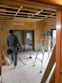 大阪 交野 自然素材健康住宅の耐震リフォーム 1階天井ボード貼開始