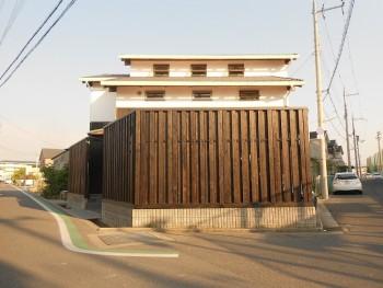 堺南野田 ゼロエネの板倉造りの家 外構 板塀完成01