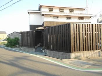 堺南野田 ゼロエネの板倉造りの家 外構 板塀完成02