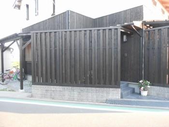 堺南野田 ゼロエネの板倉造りの家 外構 板塀完成03