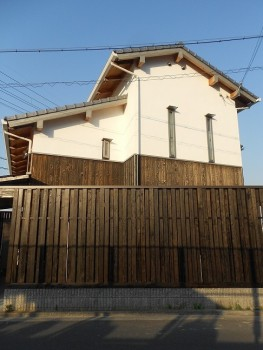 堺南野田 ゼロエネの板倉造りの家 外構 板塀完成07
