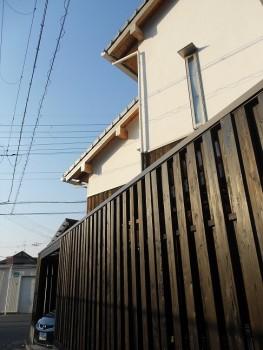 堺南野田 ゼロエネの板倉造りの家 外構 板塀完成08